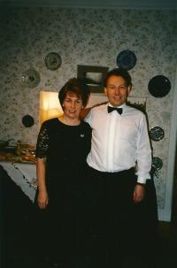 Denise s bratrem Peterem, doma v Edinburghu, 1996