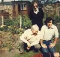 Peter, malý Paul, Bob a Truda na zahradě v Tain, 1981