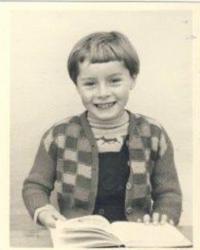 Denise ve škole, matka ji stříhala vlasy, nikdo nenosil takovýhle svetr, 1955