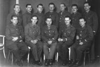 Vladimír Beneš (uprostřed v brýlích) na vojně v Rožumberoku - 1950