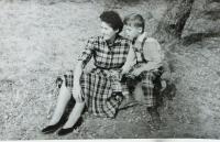 Zdeňka Benešová se synem Vladimírem; 1960