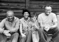 S rodinou na chatě v Čižicích; zleva Vladimírův táta, manželka Zdeňka, syn Vladimír a Vladimír Beneš