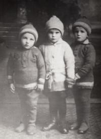 Zleva - bratr Zbyněk, sestřenice Lída a Vladimír (1926)