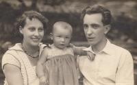 Mum, dad and one-year-old Miluška Havlůjová in 1930