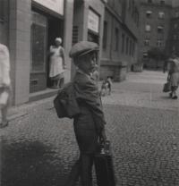 červen 1944 (při odjezdu na Moravu), Libeň, pamětník před domem, ve kterém s rodinou bydlel, v ulici U Libeňského pivovaru 1835/19