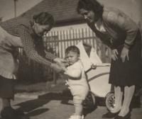 1939, Roztoky, pamětník s matkou a babičkou, na dvorku domu, kde s babičkou později žil