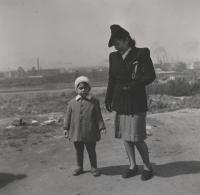 cca 1942, Praha, pamětník se služebnou Marií