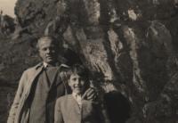 1946, Kozí hřbety u Unětic, pamětník s otcem