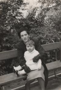 1939, Libeň, pamětník s matkou na Zámeckém vrchu