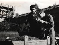 4. 10. 1966. Plzeň, Škoda, pamětník (vlevo) a Hofman (fotograf) při fotografování polyekranu Stvoření světa pro světovou výstavu v Montrealu (1967)