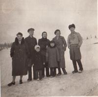 Před odjezdem ze SSSR, 1938, rodiče a jejich přátelé