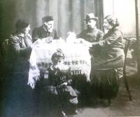 Hönigsberg Family in 1917. From left to right: grandmother, grandfather, father, mother. The child under the table is Renata's oldest sister Charlotte (she died in Auschwitz with her five children)