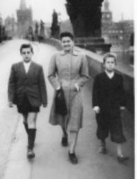 S maminkou a bratrem v roce 1947
