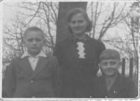 Jindřich Hořenín with his mother and brother