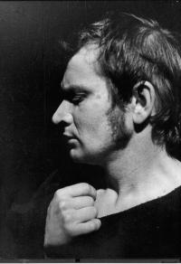 Malé divadlo Ústí nad Labem. Rudolf Felzmann jako Jan Hus. J. K. Tyl / R. Felzmann: Jan Hus (premiéra 1975)