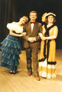 Městské divadlo Děčín. Rudolf Felzmann režíruje operetu s členkami ústecké opery (cca 1996)