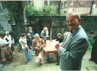 Letní podvečery s hudbou v době rekonstrukce. Rudolf Felzmann vítá posluchače před kostelem (cca 1997)