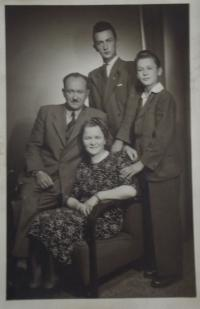 Witness with his parents and brother