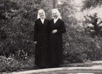 1971, 4.7., vstup do kongregace školských sester de Notre Dame, Javorník u Jeseníka, pamětnice vpravo vedle sestry Vlastimily Zadákové