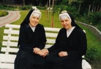 1998, Hradec Králové, pamětnice vpravo s Vlastimilou Zadákovou po 25 letech