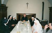 1993, s biskupem Karlem Otčenáškem v kanovnickém domě v HK, sestry před odchodem do filiálky v Kardašově Řečici