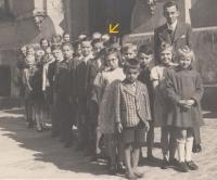 Czech class in German school in Jablonec nad Nisou - Pivovarská street, 1944-45 (Josef Tvrzník - see arrow)