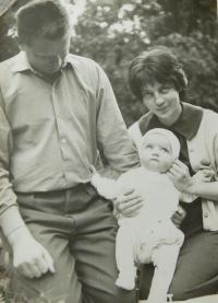 Hanička Ryšková (Holcnerová) s rodiči v roce 1961
