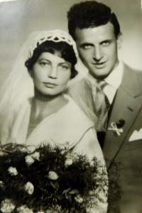Wedding photo of the parents Ernest and Zdena Ryškovi on August 22, 1959