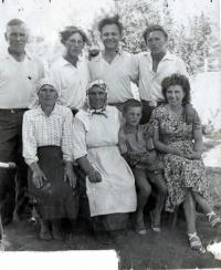 Visiting Galina´s family, from right: brother Váňa, cousin Andrej, SČ, cousin Voloďa, sister Marusja, Galina´s mother, son Stanislav, Galina, Novopetrekovka, Doněck region