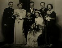 Wedding photo of witness´ aunt - Růžena Nachtigall and Rudolf Švehla (in the middle), the witness in the middle and Rudolf´s siblings standing around, unloc., 1938