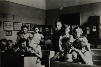 Photograph of Walter´s class, primary school in Horní Heršpice, Walter in a white polo shirt eating bread, Horní Heršpice in 1939
