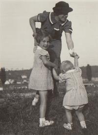 1937, V.Chuchle in Prague, Hana, Eva and their mother