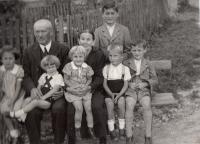 grandchildren with grandparents Horní Čermná 1938