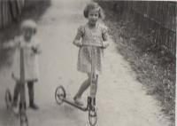 Hana and Eva 1938
