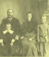 Family photo of Konstantin´s parents: Jakov Vasiljevič Blagodarnyj, little brother, Alexandra, Konstantin, Rostov on Don, 1911