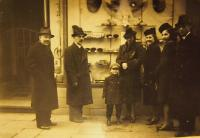 Relatives before the father's shop in Pilsen