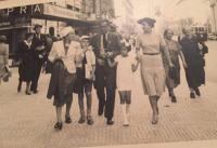 Rodina Zdeny Freundové na procházce (Praha, 1938)