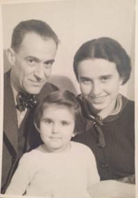 Zdena Freundová s rodiči (Praha, 1934)