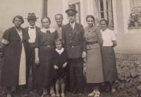Zdena Freundová na návštěvě u prarodičů (Nové Město nad Metují, 1936)