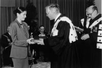 Ariadna Comes, daughter of Doina Cornea, receiving, on belhaf of her mother, the insignia of Doctor Honoris Causa from the Université libre (Free University) in Brussels (17 of November 1989)