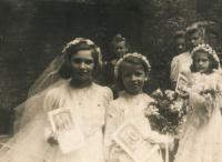 1. přijímání, Bibiana vlevo,  cca 1942-1943