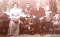 Rodina dědečka a babičky Tchoržových z Ostravy. Maminka Evy Schlachetové první zleva.