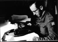 Václav Straka často doprovázel jednotky na frontu a psal o nich reportáže. V redakci vojenského časopisu Naše noviny v roce 1945.