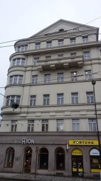 Charles Square no. 3 in 2016, on the fifth floor D. Weitzenbauerová survived airs raids 14.2. 1945