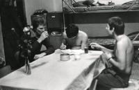 Vojáci na ubikaci, 1980
