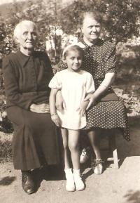 Milena with her grannies Krajinová and Závodská, Třebíč in the Šilhans´garden 1939a