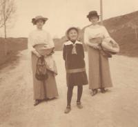 Granny Závodská with Milena´s mother (in the middle) and aunt Josefína, Tasov 1914