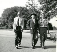 Jášovy 21. narozeniny a stříbrná svatba Jaroslava Drábka. New York 1952. (zleva: Jáša Drábek, Jaroslav Drábek, Jan Drábek)