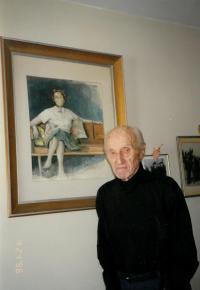 Jaroslav Drábek u portrétu své ženy Jarmily, který namaloval ve svém bytě v domově důchodců ve Washingtonu D.C. , 1995. (Jedná se nejspíš o poslední otcovu fotografii)