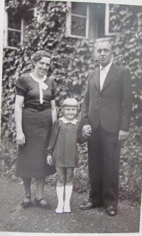 Irena Vyslyšelová with parents
